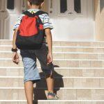 nino-yendo-a-la-escuela-subiendo-una-escalera